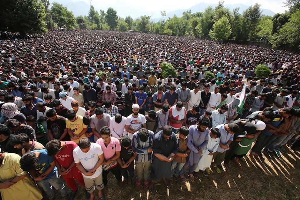 برہان مظفر وانی کی شہادت پر پوری وادی کشمیر ابل پڑی، جگہ جگہ مظاہرے
