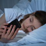 سوتے وقت موبائل فون قریب رکھنا ذہنی امراض کا سبب بن سکتا ہے