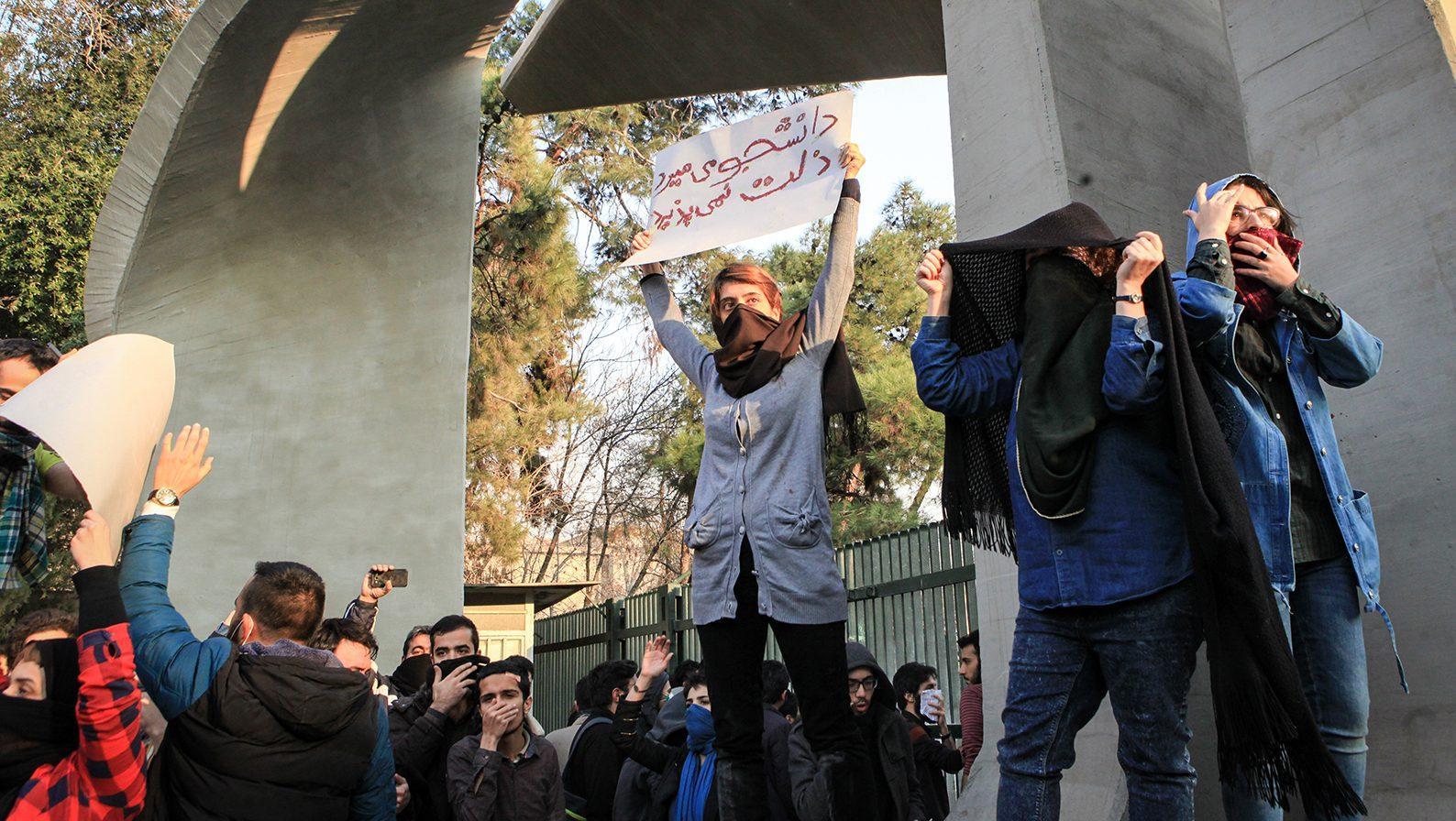 ایران میں طلباء کا احتجاج نظام مخالف مظاہروں میں تبدیل،فورسزسے جھڑپیں