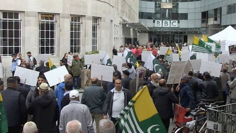 مقبوضہ کشمیر کی ناکافی کوریج، بی بی سی ، سی این این کے دفاتر کے باہر مظاہرے