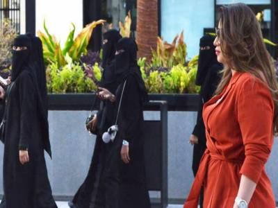 سعودی عرب نے خواتین سیاحوں کے لیے عبایا کی شرط ختم کردی