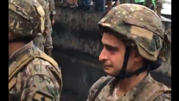بیروت میں سڑک کھولنے کے آپریشن کے دوران لبنانی سپاہی رو پڑا