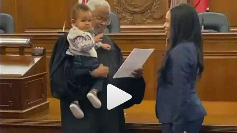 امریکا میں خاتون وکیل سے حلف لیتے ہوئے جج کا انوکھا قدم،ویڈیووائرل