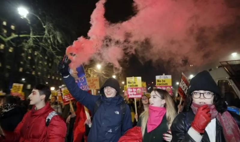 کنزرویٹو پارٹی کی جیت کیخلاف سیکڑوں افراد کا احتجاج، بورس کیخلاف نعرے بازیکنزرویٹو پارٹی کی جیت کیخلاف سیکڑوں افراد کا احتجاج، بورس کیخلاف نعرے بازی