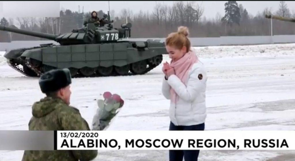 روسی فوجی کی محبوبہ کو انوکھے انداز میں شادی کی پیشکش