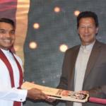 سری لنکن وزیر کھیل عمران خان سے کرکٹ بیٹ کا تحفہ پاکر خوش