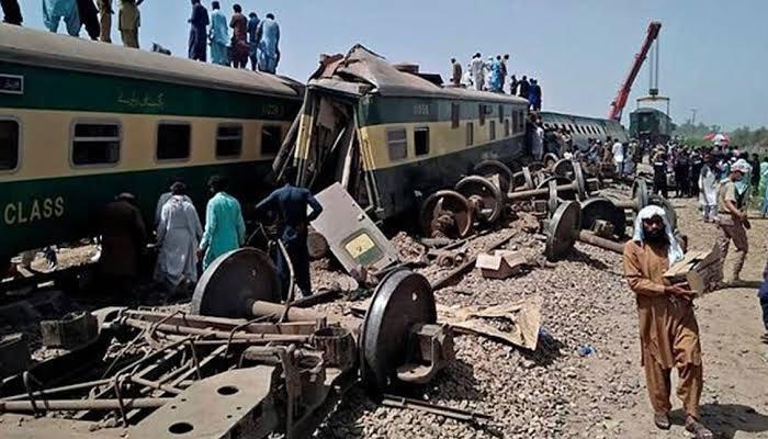 ڈھرکی ٹرین حادثہ، 9 افسران و ملازمین معطل