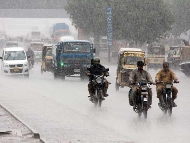 کراچی میں ہواؤں کے ساتھ موسلا دھار بارش