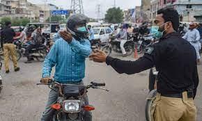 کراچی میں بغیر ویکسینیشن کارڈ راہگیروں پر مقدمات سے روک دیا گیا
